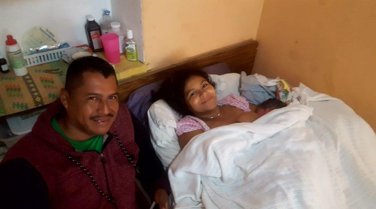 Maria con su bebe y esposo en la clinica Manos Abiertos